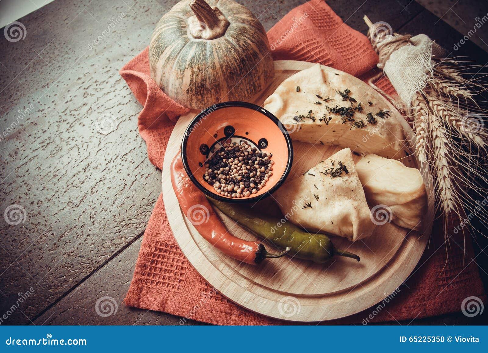 Serowy kulebiak z świeżymi pieprzami