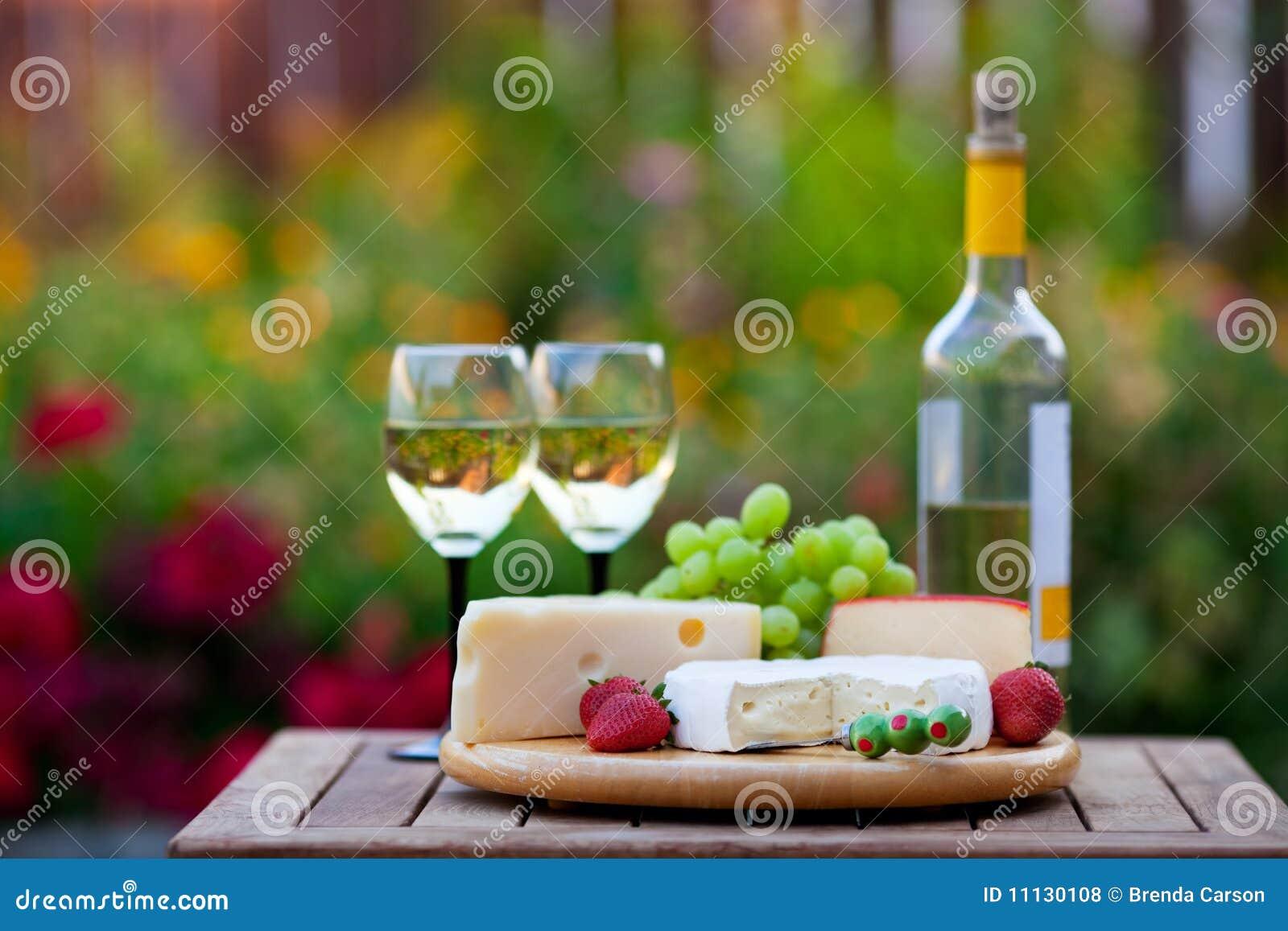 Serowy ogrodowego przyjęcia wino