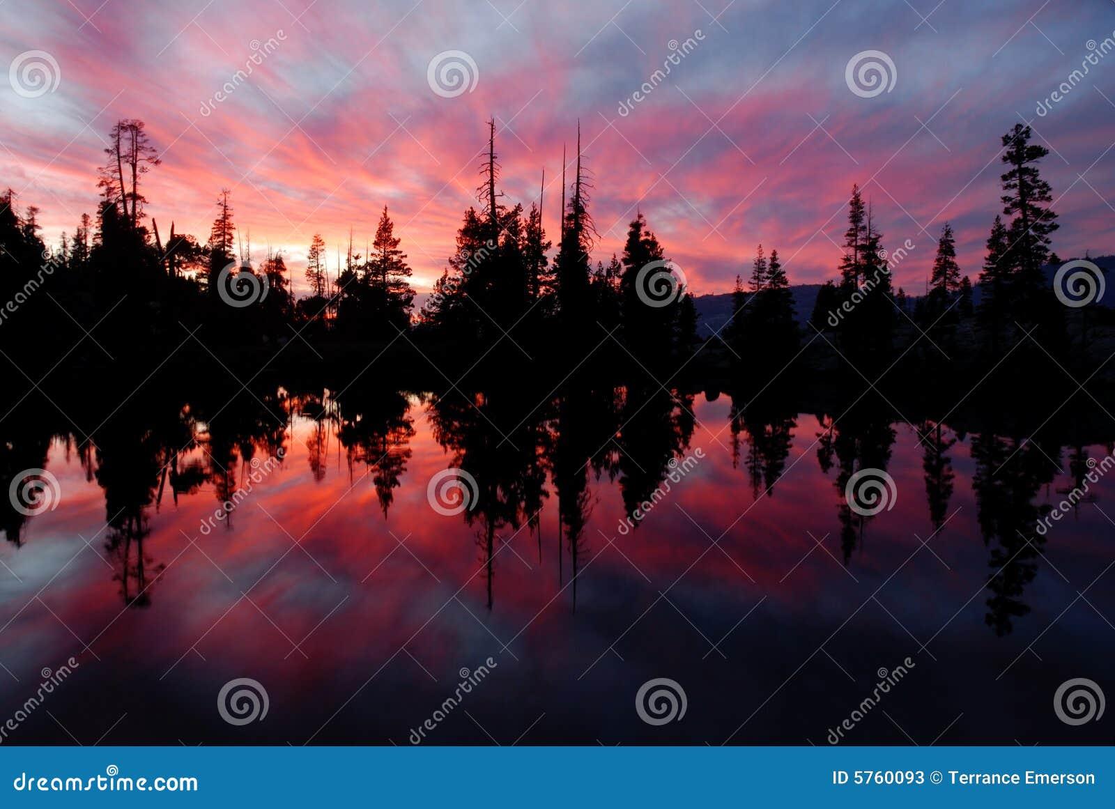 Serra lago e reflexão II do por do sol