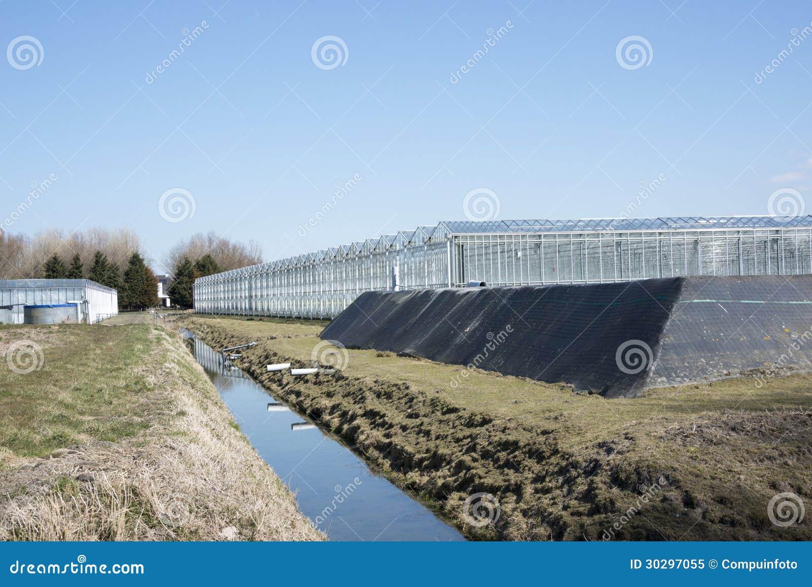 Serre chaude avec le bassin de l 39 eau image stock image 30297055 - Bassin pour balcon le havre ...