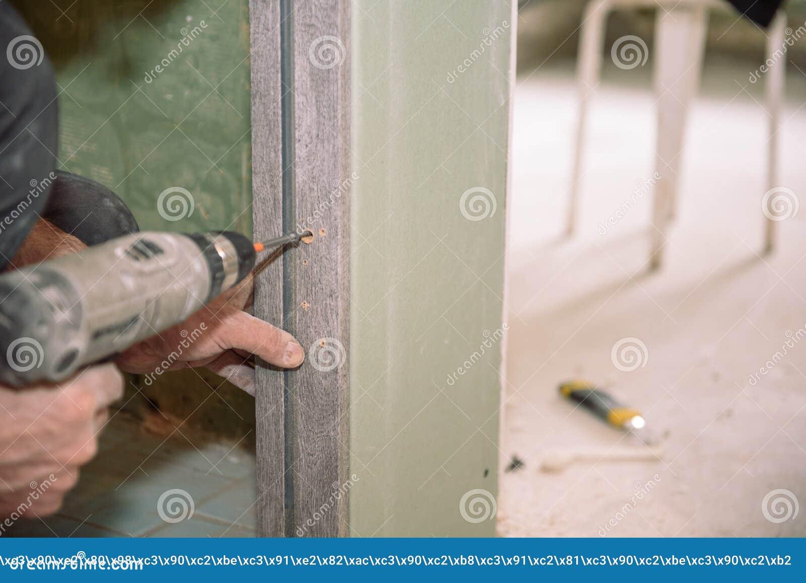 Serrez les vis Vissez les vis avec l outil Réparation dans l appartement Installation de porte Travail de serrurier