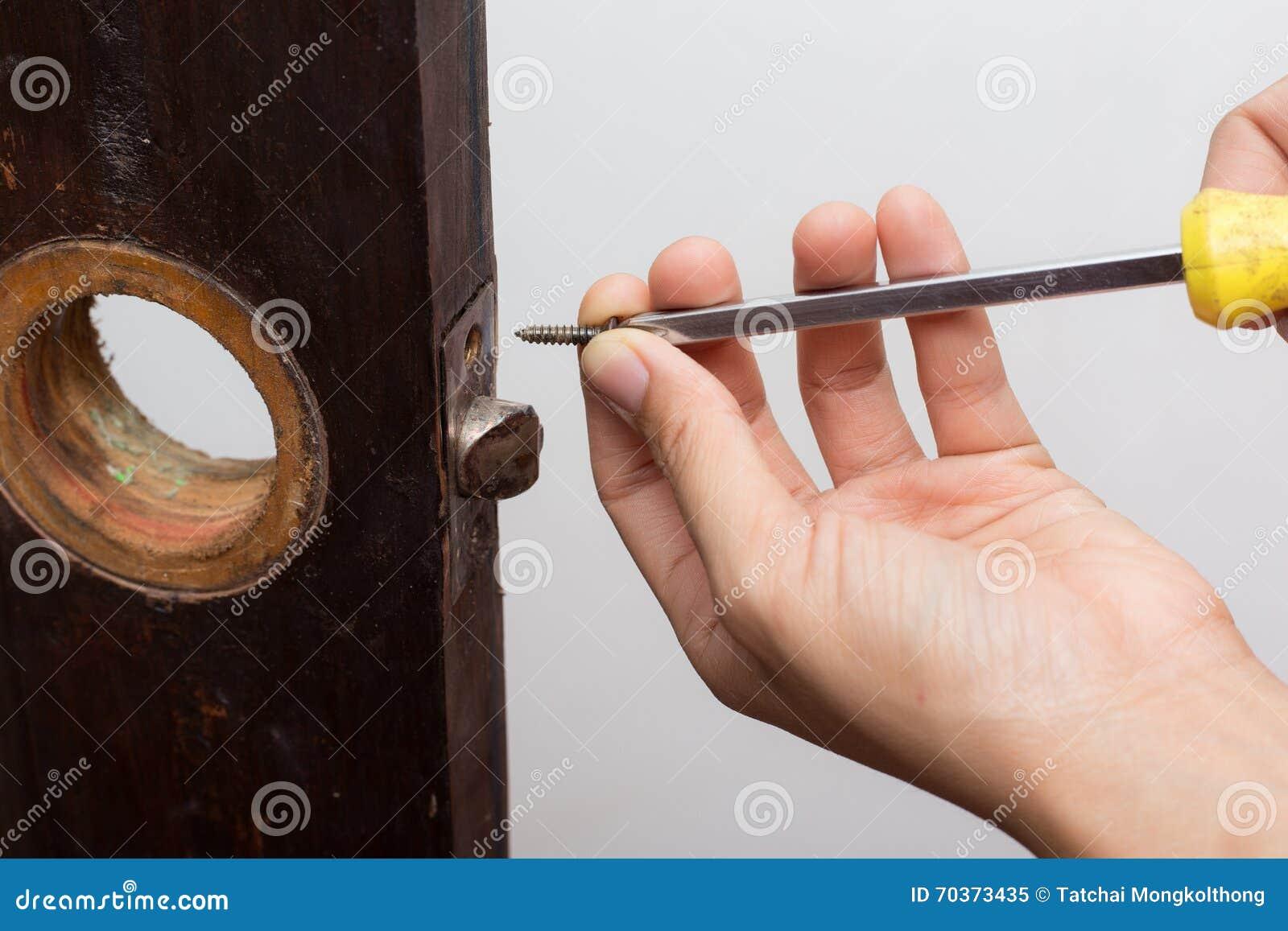 Serrure de difficulté de serrurier sur la porte en bois