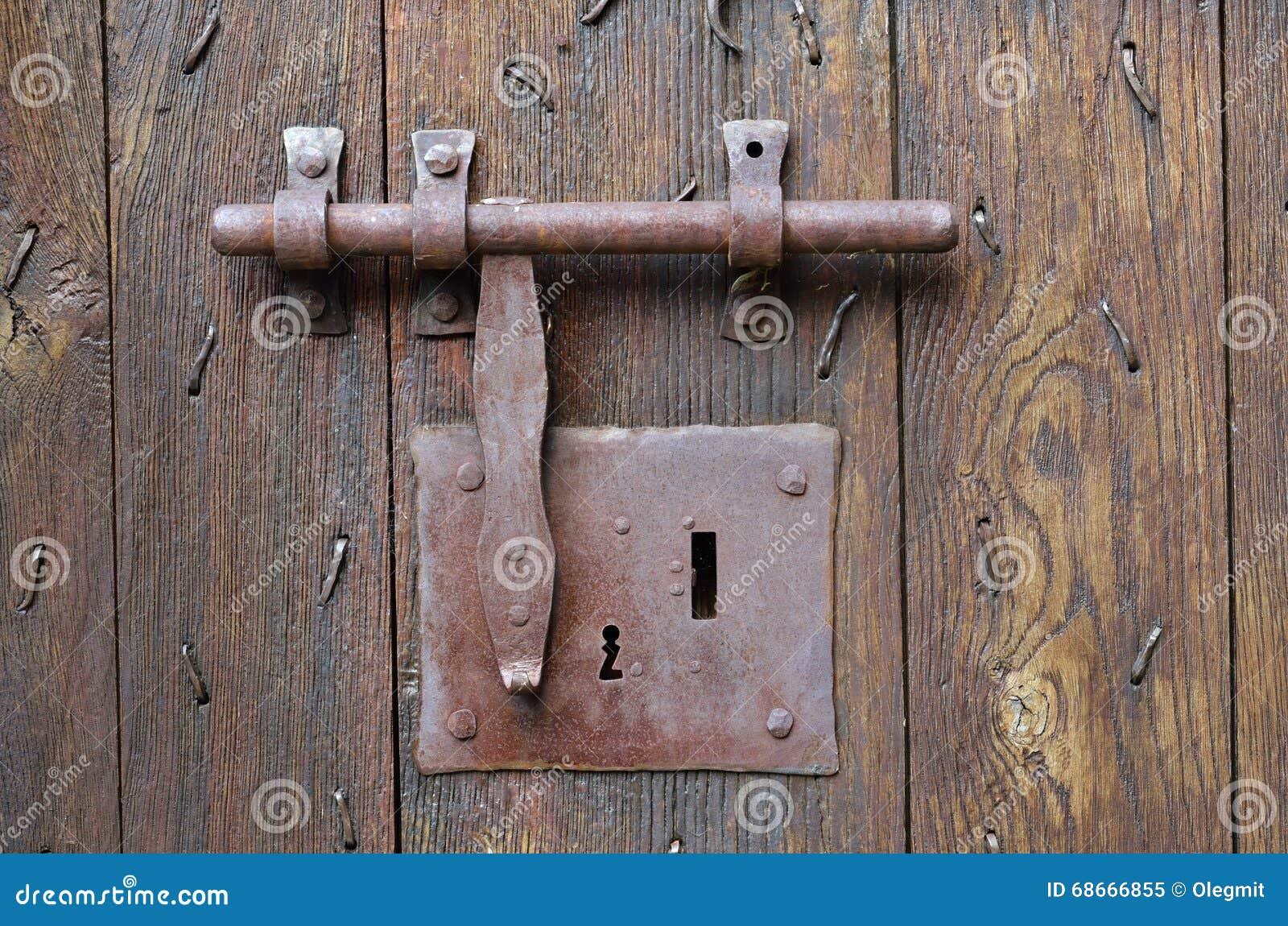 serrure l 39 ancienne avec un loquet sur l 39 entr e de bois de construction photo stock image. Black Bedroom Furniture Sets. Home Design Ideas