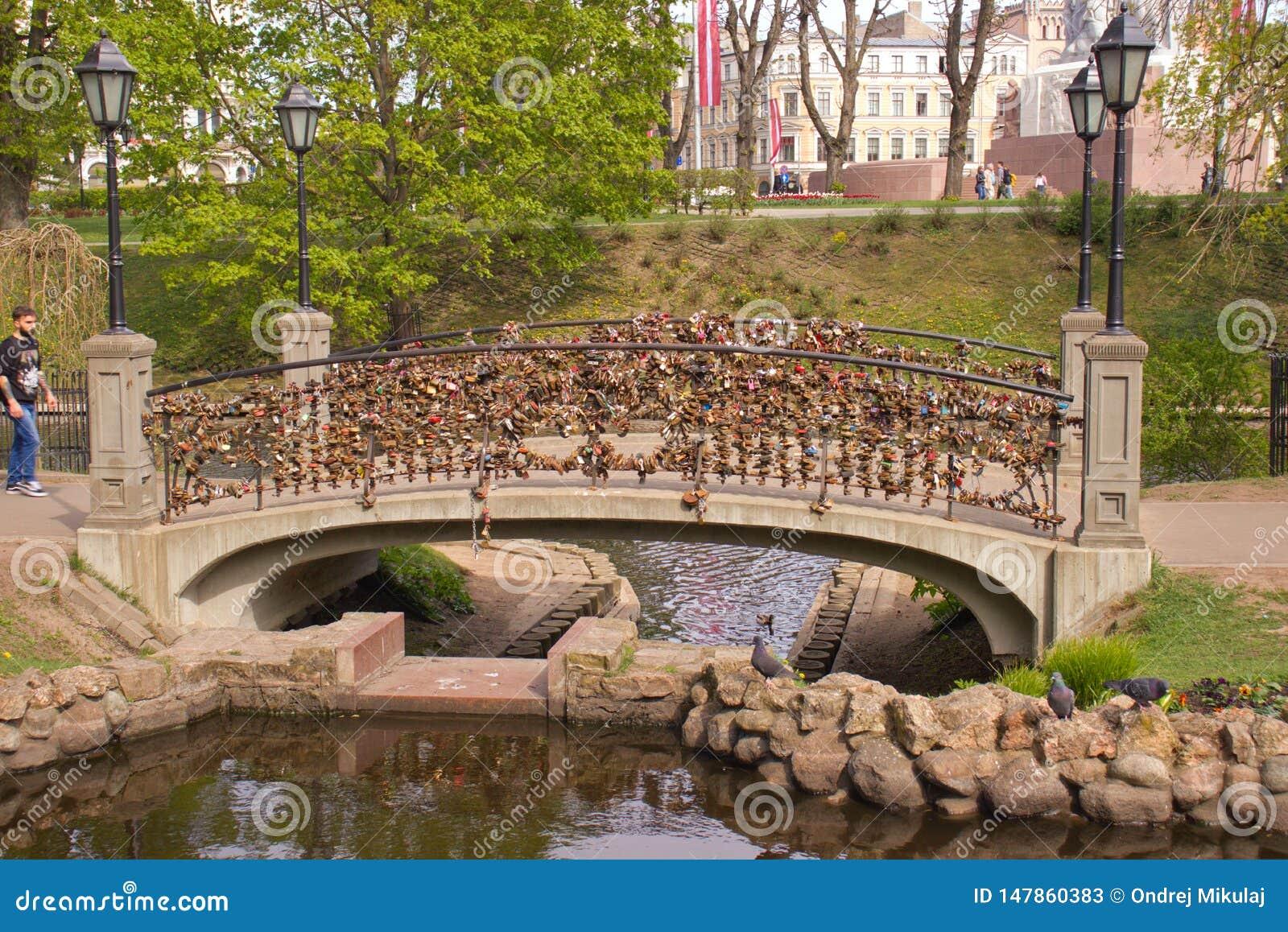 Serrures d amour sur le pont à Riga latvia