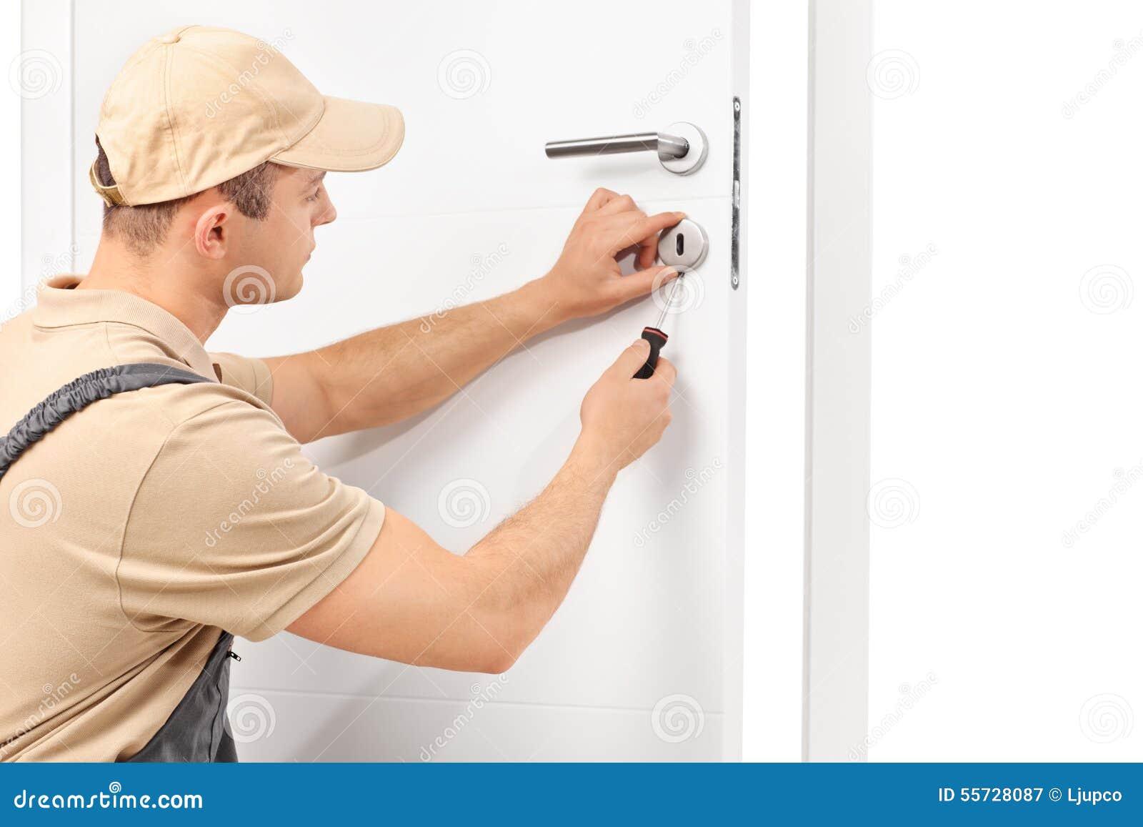 Serrurier installant une serrure sur une porte
