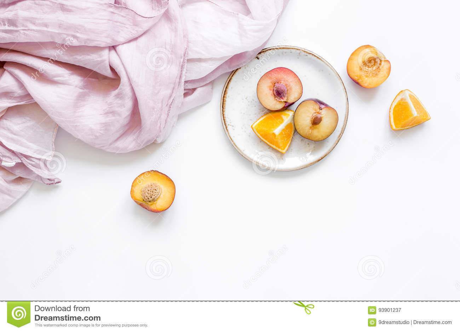 Servet, besnoeiingsperzik en sinaasappel voor exotisch fruit op wit achtergrond hoogste meningsmodel