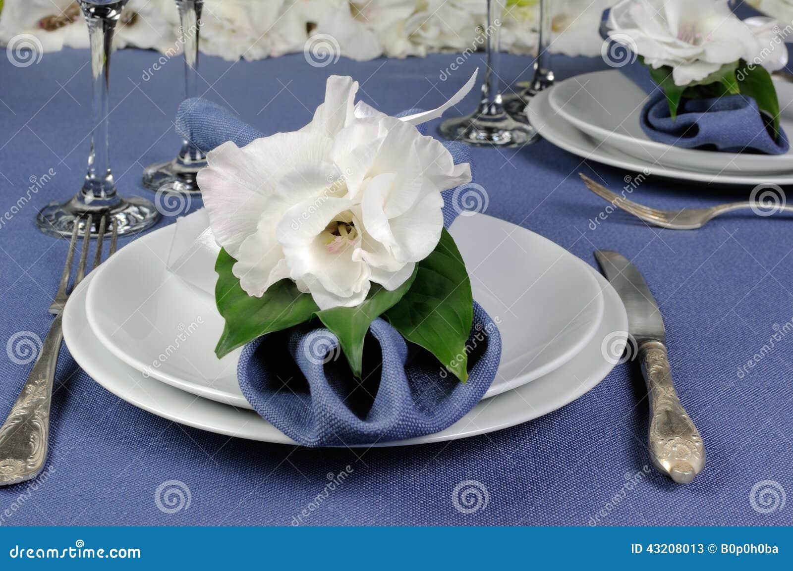 Download Servett Som Dekoreras Med Blomman Fotografering för Bildbyråer - Bild av servetter, tablecloth: 43208013