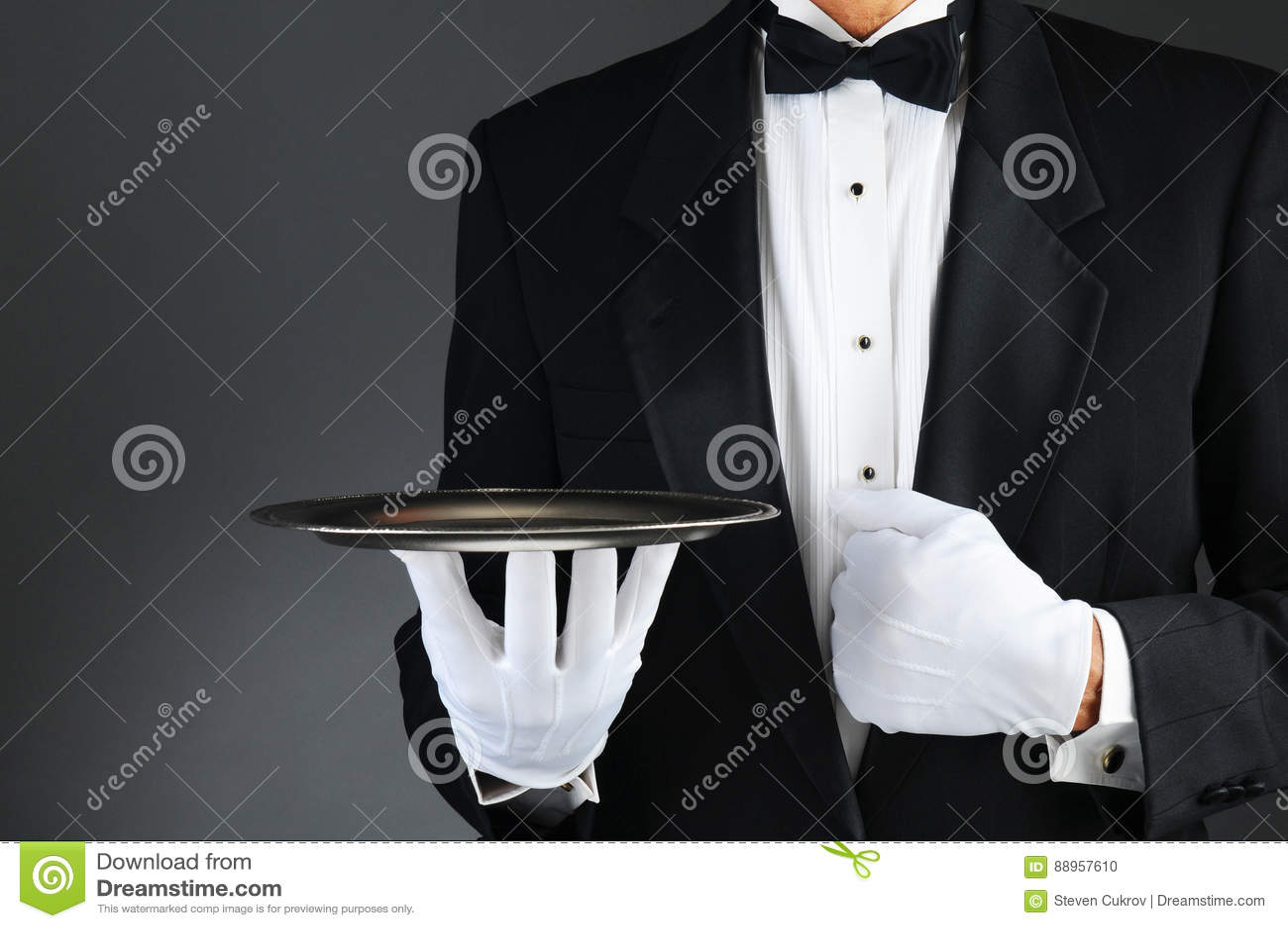 Serveur avec le plateau argenté