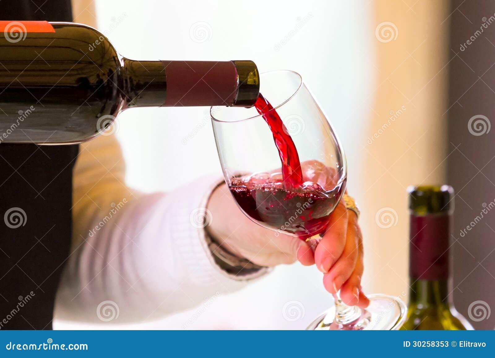 Serveur versant le vin rouge