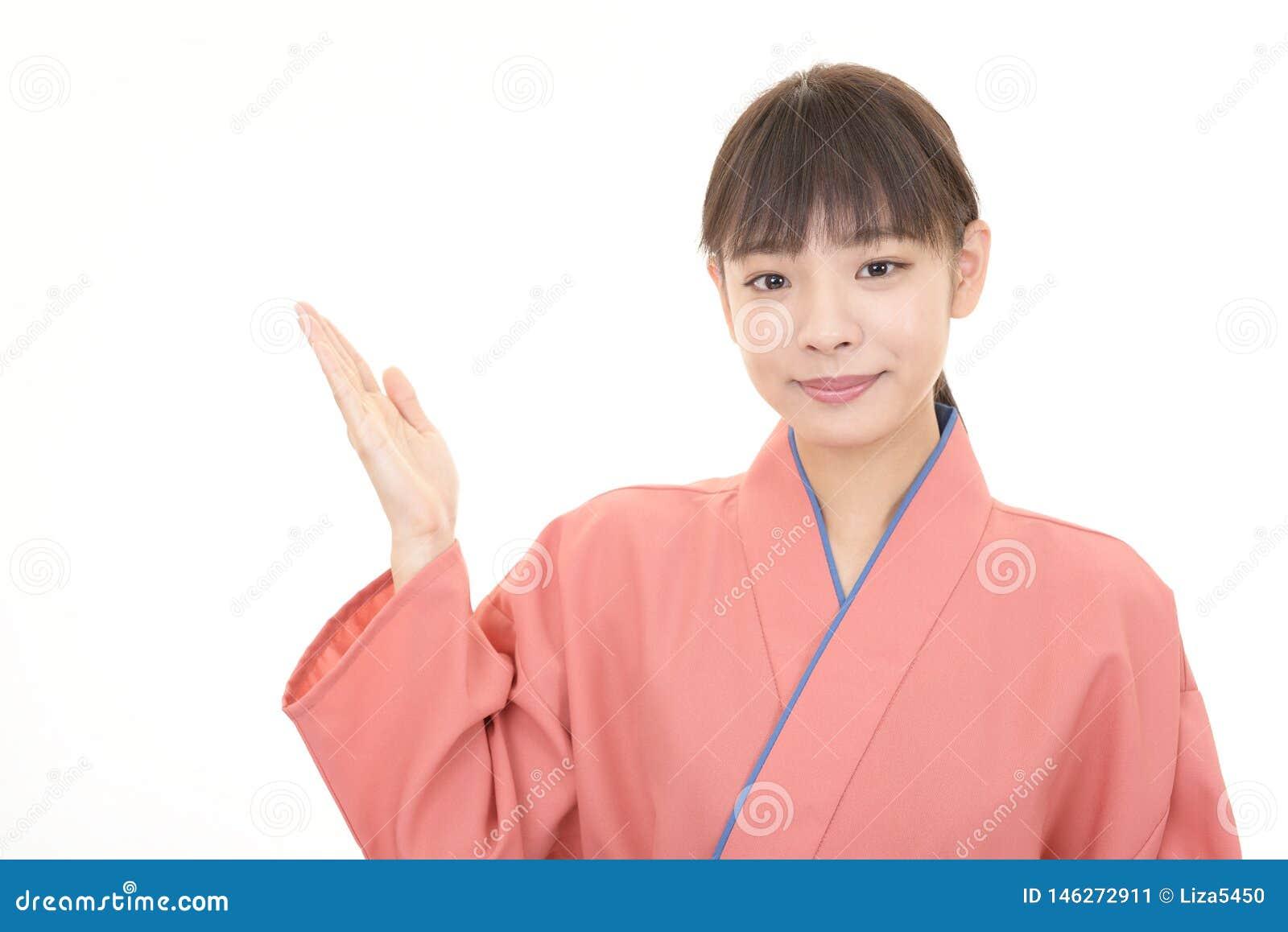 Serveuse asiatique de sourire