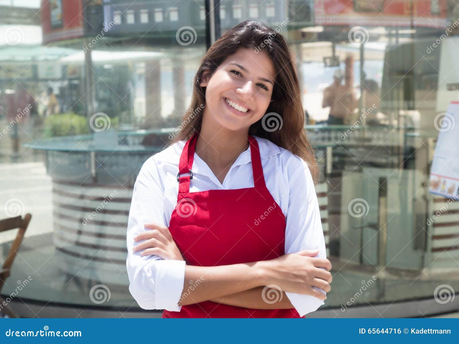 Serveuse caucasienne riante devant le restaurant