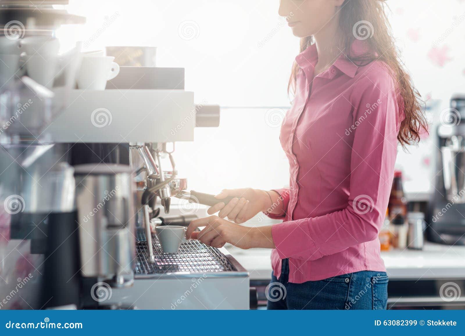 Download Serveuse faisant le café image stock. Image du chemise - 63082399