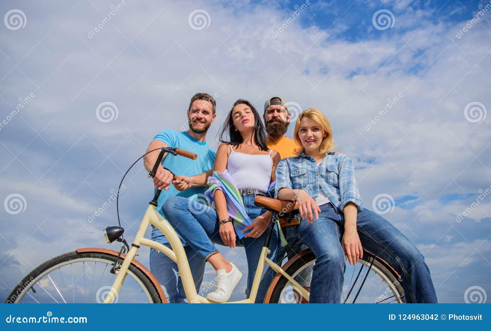 Serviço da parte ou da bicicleta do arrendamento Modernidade do ciclismo e cultura nacional Os jovens à moda da empresa gastam o