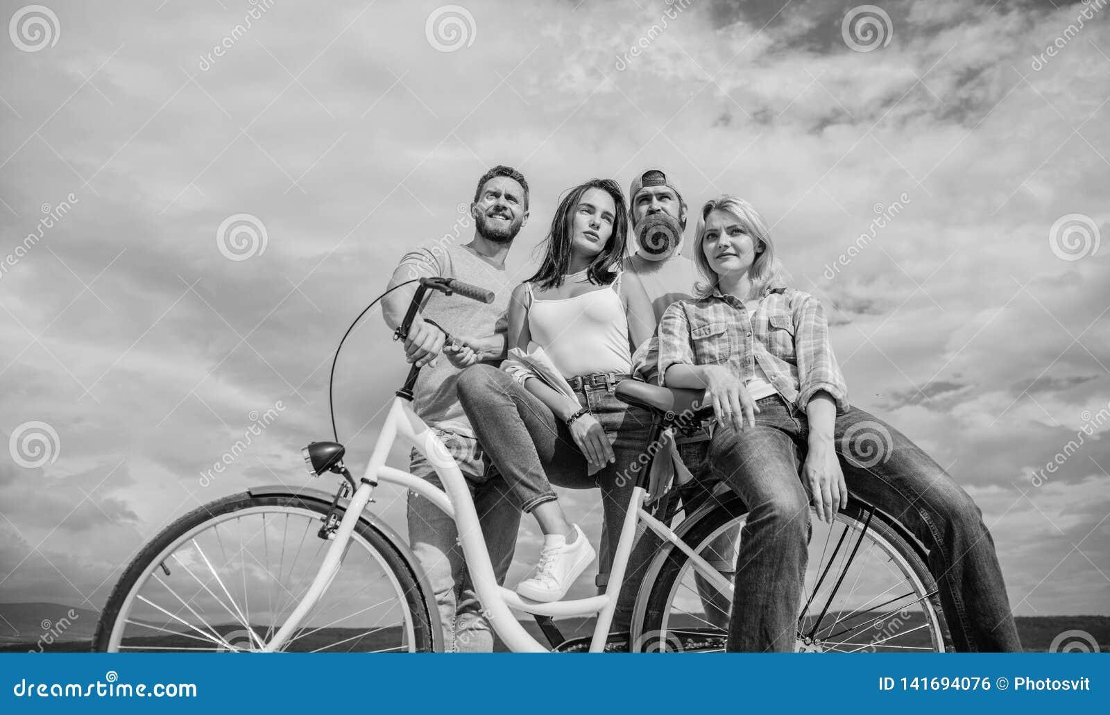 Serviço da parte ou da bicicleta do arrendamento Os amigos do grupo penduram para fora com bicicleta Bicicleta como o melhor amig