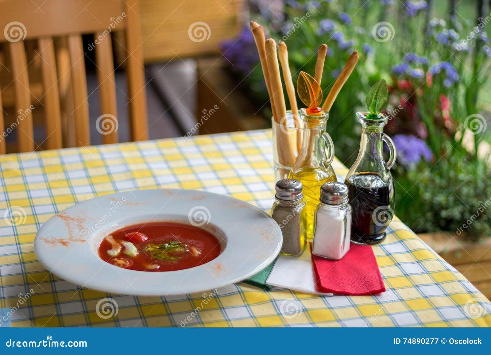 Serviço italiano Grupo e gaspacho da tabela