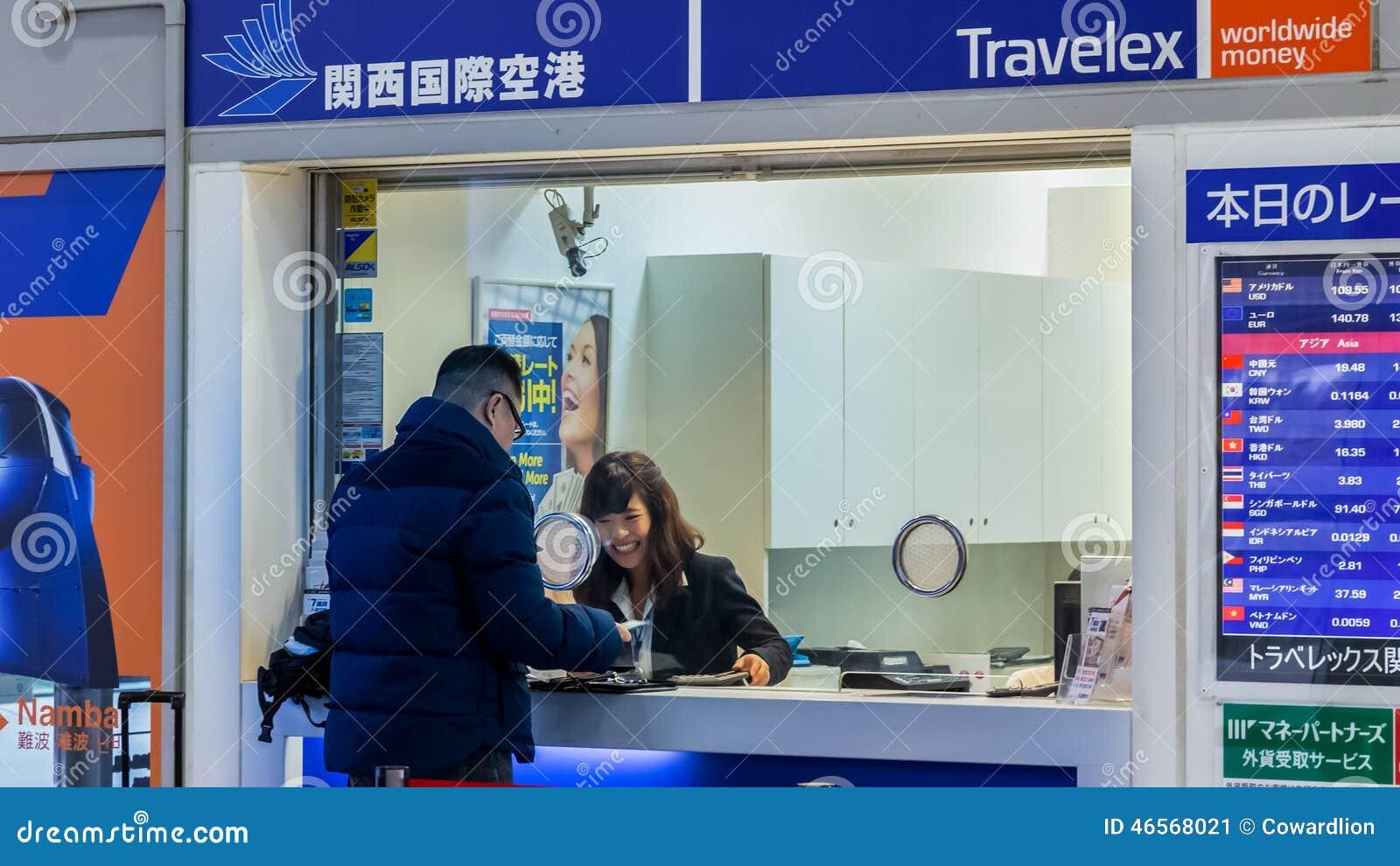 Serviços de troca da moeda na estação do aeroporto de Kansai