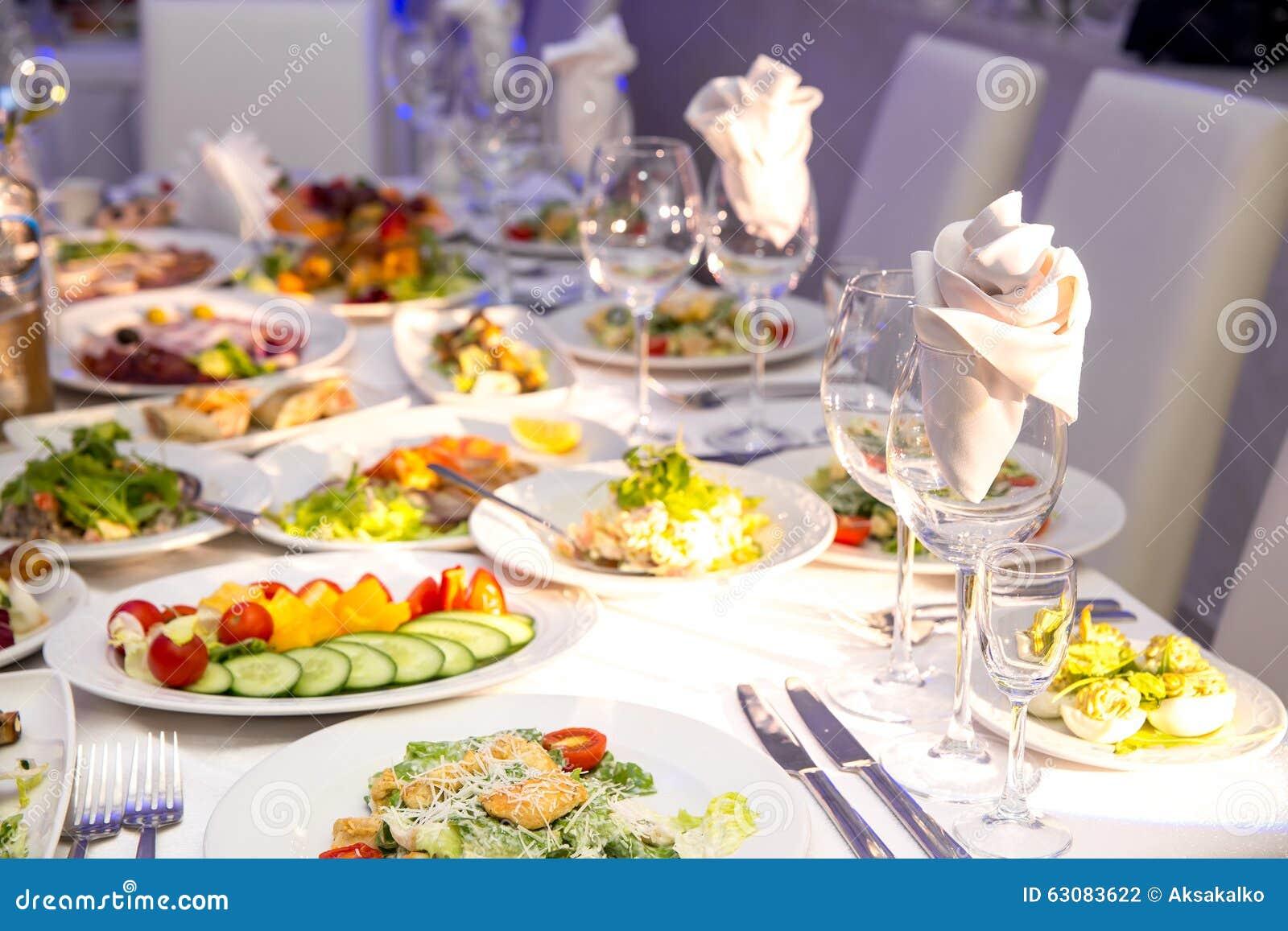 Download Servi à Une Table De Banquet Photo stock - Image du dîner, canape: 63083622