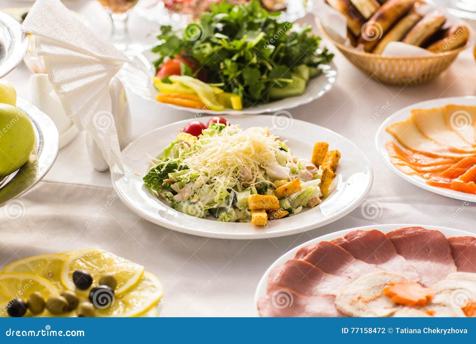 Servi à une table de banquet
