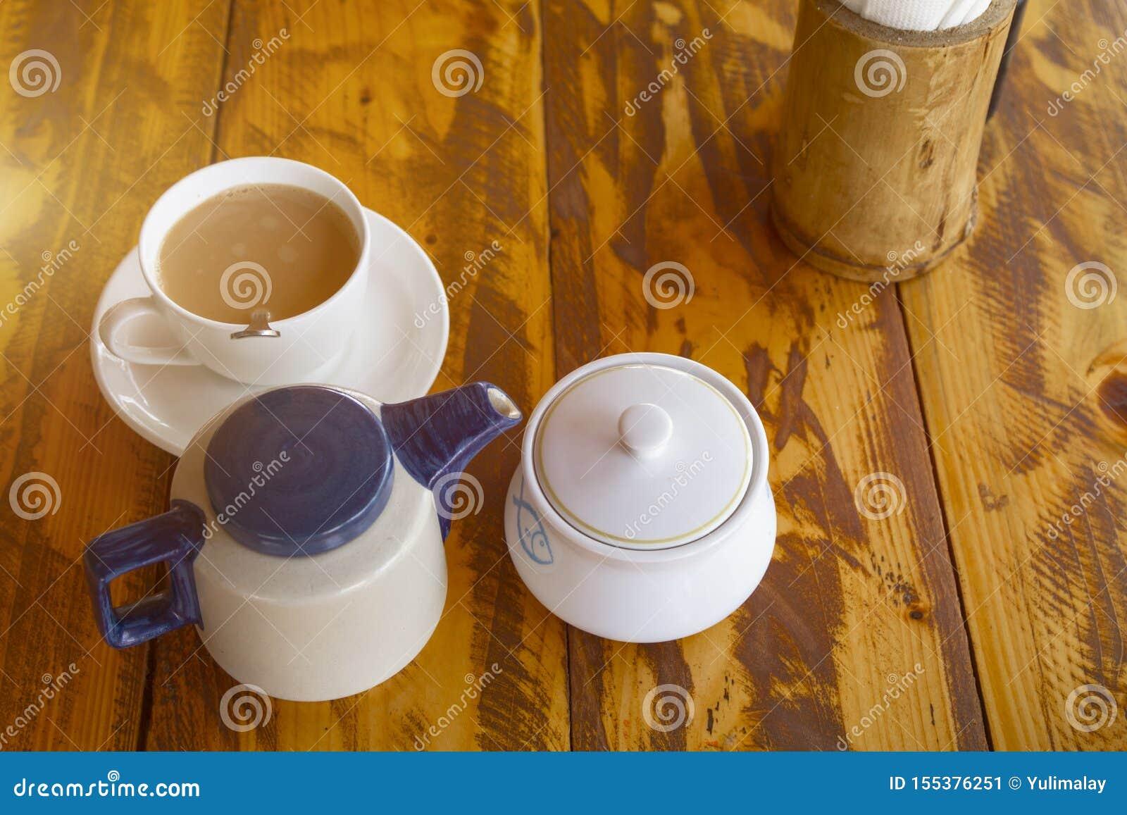 Service à thé indien traditionnel avec le masala Chai