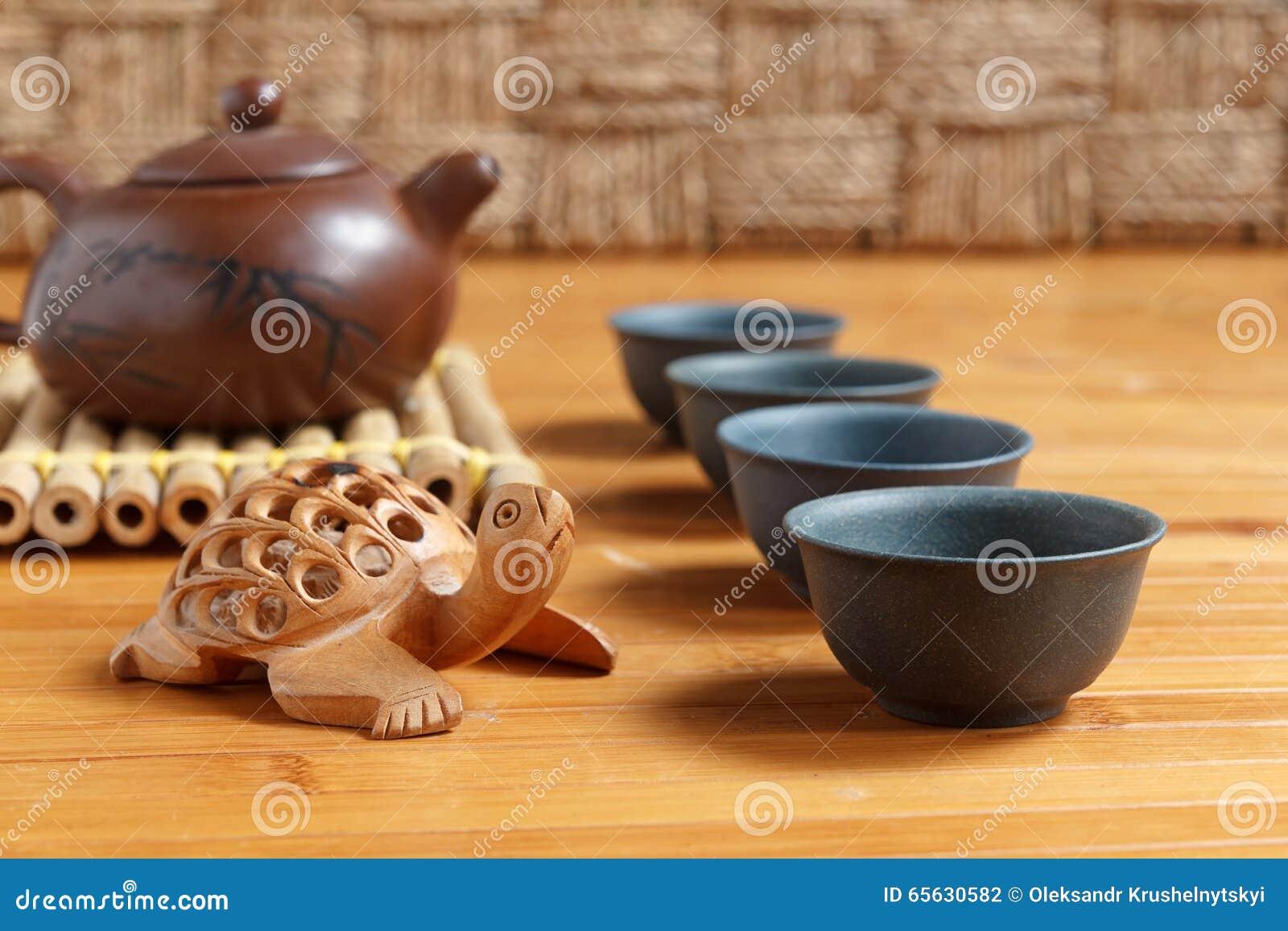 Service à thé sur une table en bois faite en bambou