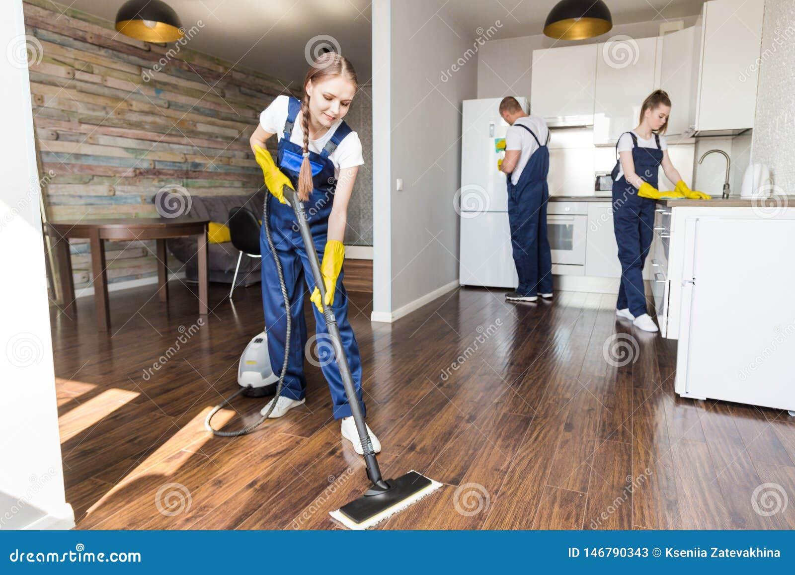 Service de nettoyage avec l ?quipement professionnel pendant le travail nettoyage professionnel de kitchenette, nettoyage ? sec d