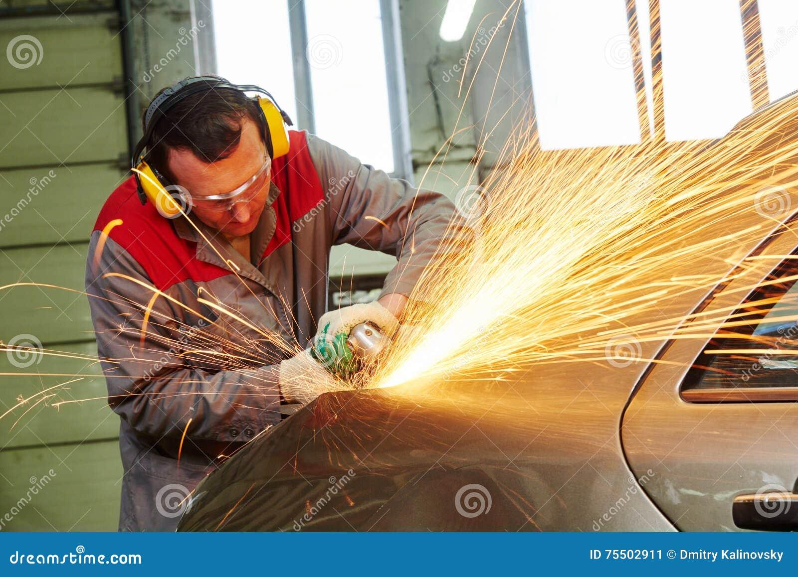 Service des réparations de collision carrosserie de meulage de mécanicien par la broyeur