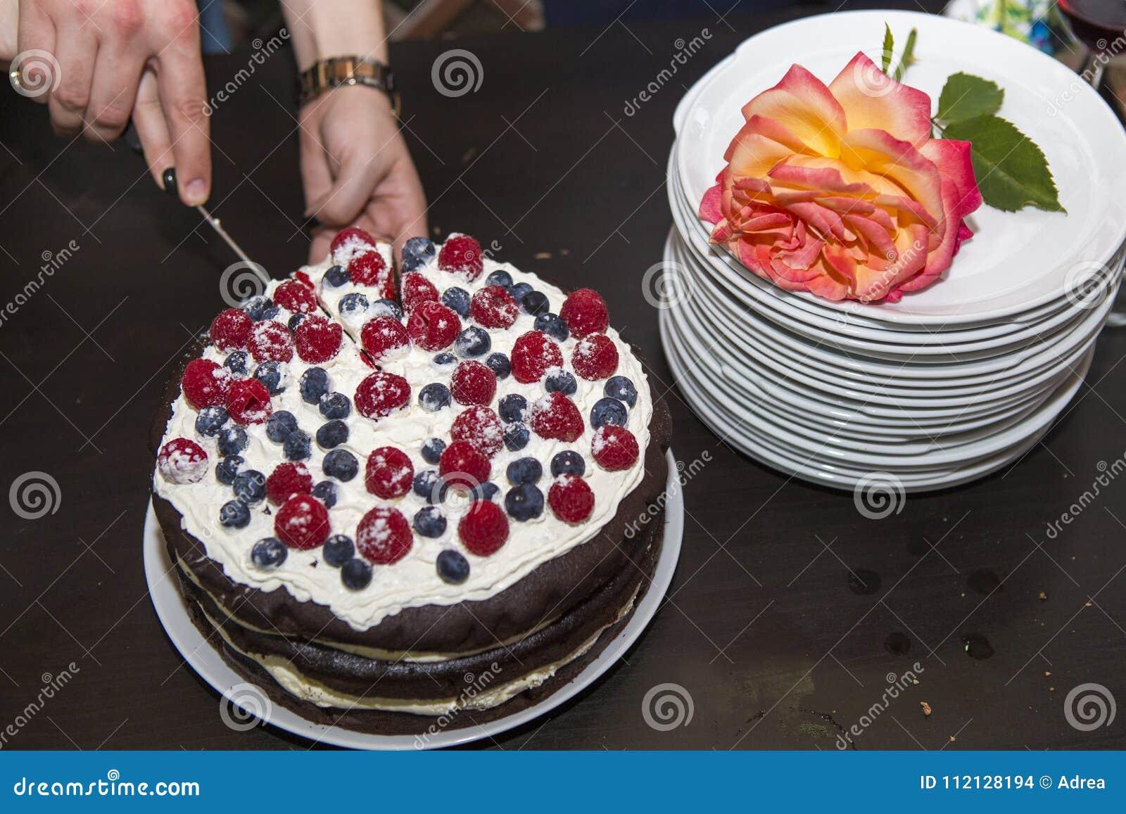 Servicio de una torta de la fruta en un partido