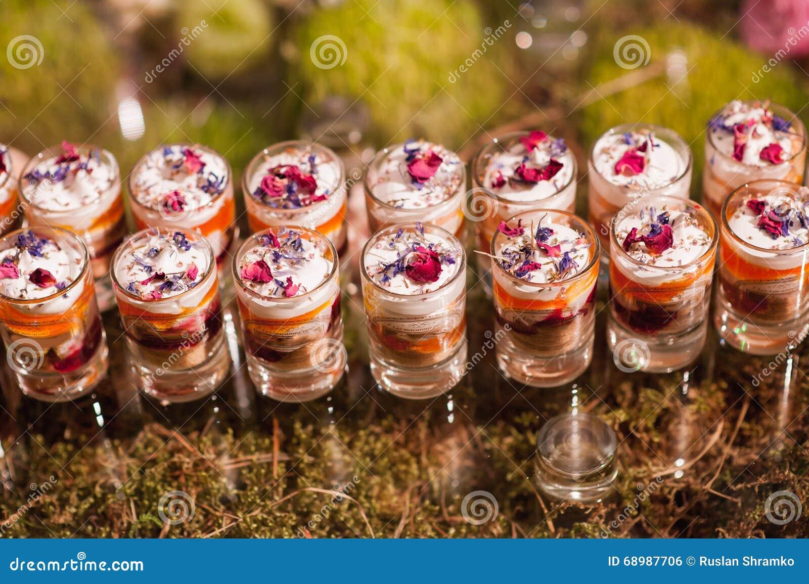 Servicio hecho en casa del yogur sobre el vidrio corto