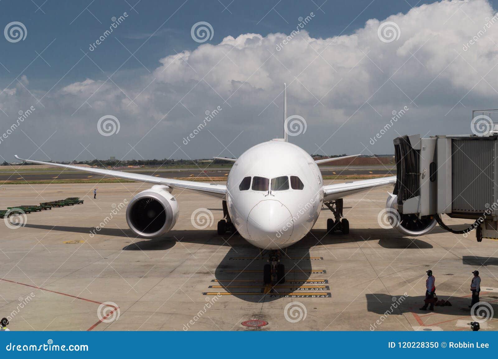 Servicio prevuelo y de reaprovisionamiento de combustible y cargado del cargo del aeroplano,
