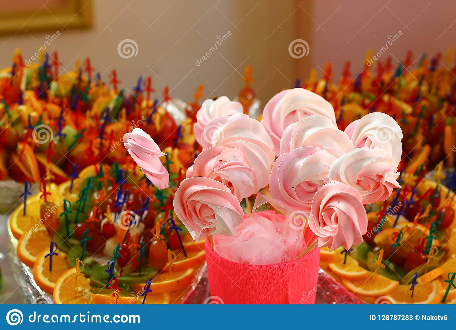 Servierplatte von Kuchenknallen, Nahaufnahme Schokoriegel- und Verpflegungskonzept für Geburtstag, Hochzeit und andere Feiertagsf