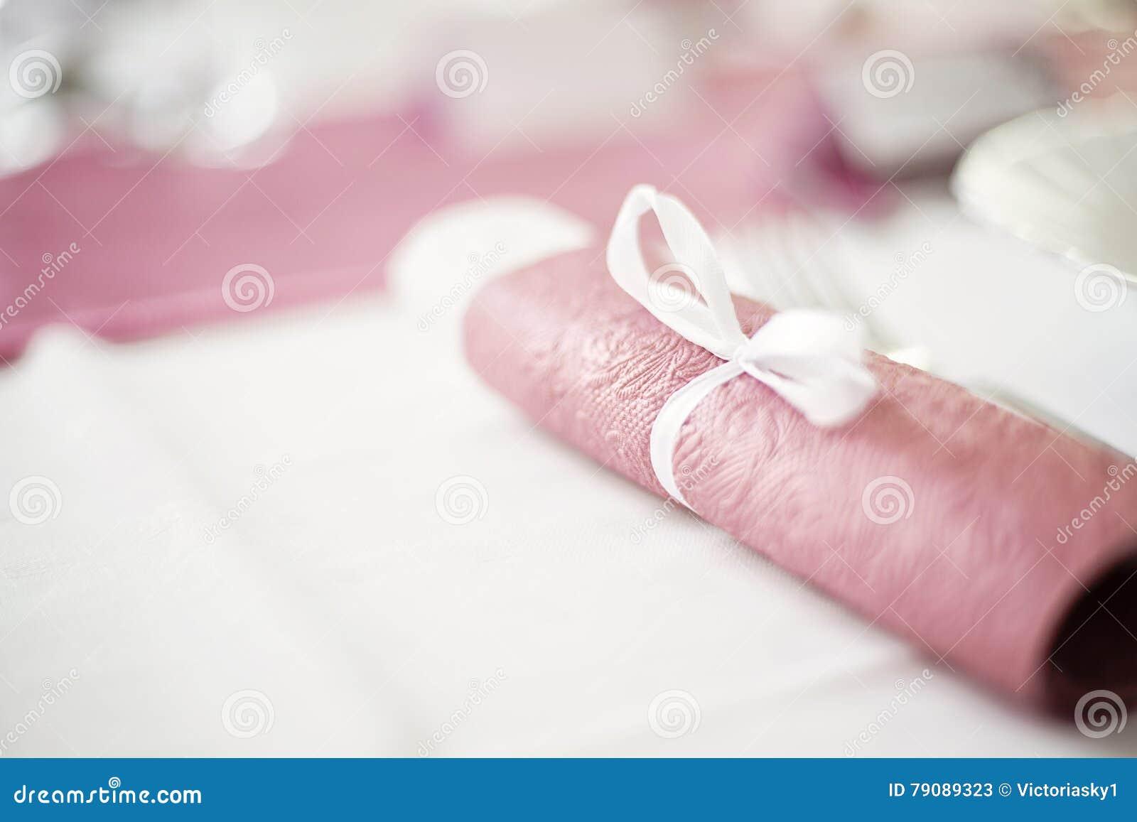 download serviette de table rose roule place sur une table de salle manger image stock