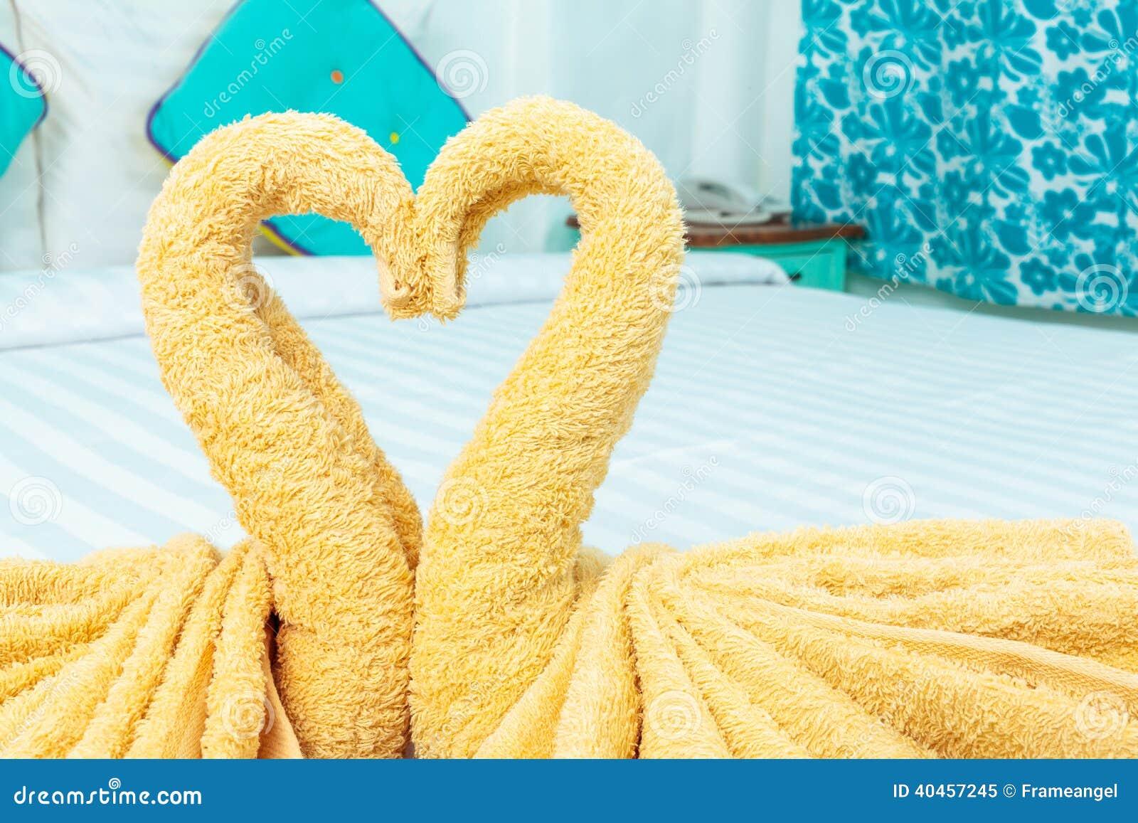 serviette pli e dans la forme de coeur de cygne photo stock image 40457245. Black Bedroom Furniture Sets. Home Design Ideas