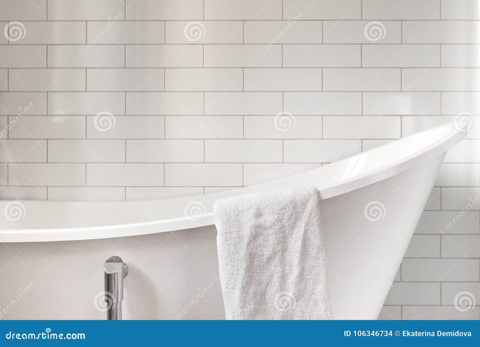 serviette sur la salle de bains classique avec la vieille baignoire photo stock image du coton. Black Bedroom Furniture Sets. Home Design Ideas