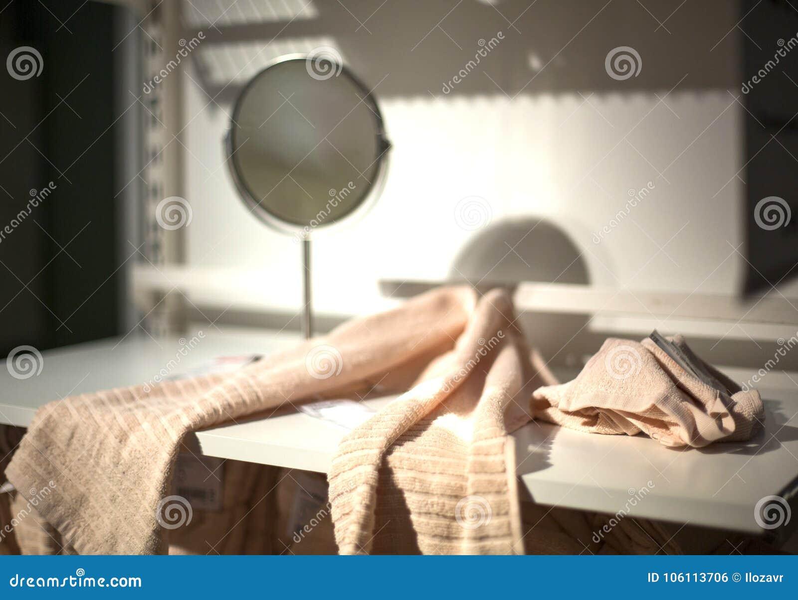 Serviette Sur Une étagère Blanche Dans La Salle De Bains Et Un
