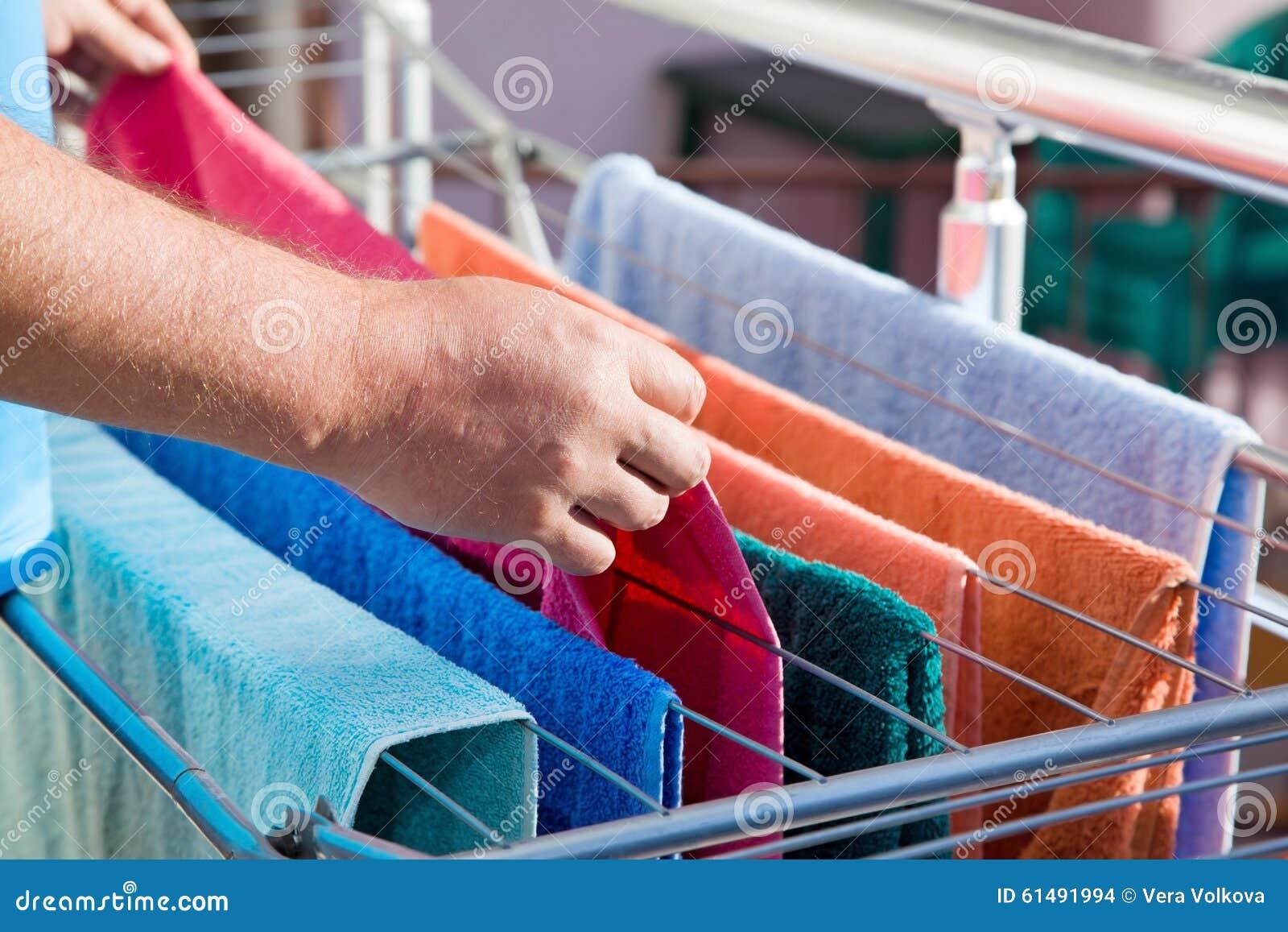 Serviettes accrochées sur le dessiccateur de vêtements