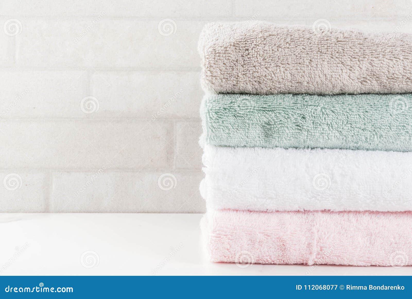 Serviettes de bain propres de pile