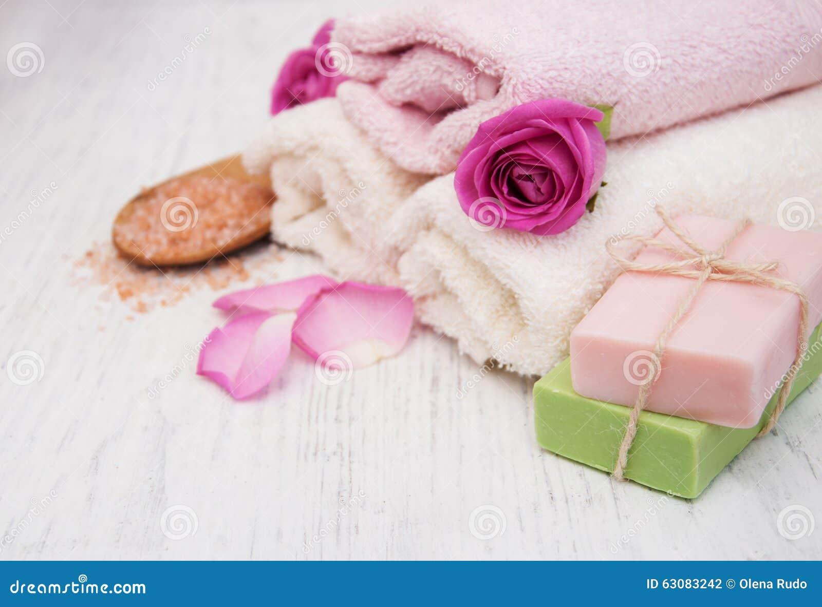 Download Serviettes Et Savon De Bath Avec Les Roses Roses Photo stock - Image du détendez, pile: 63083242