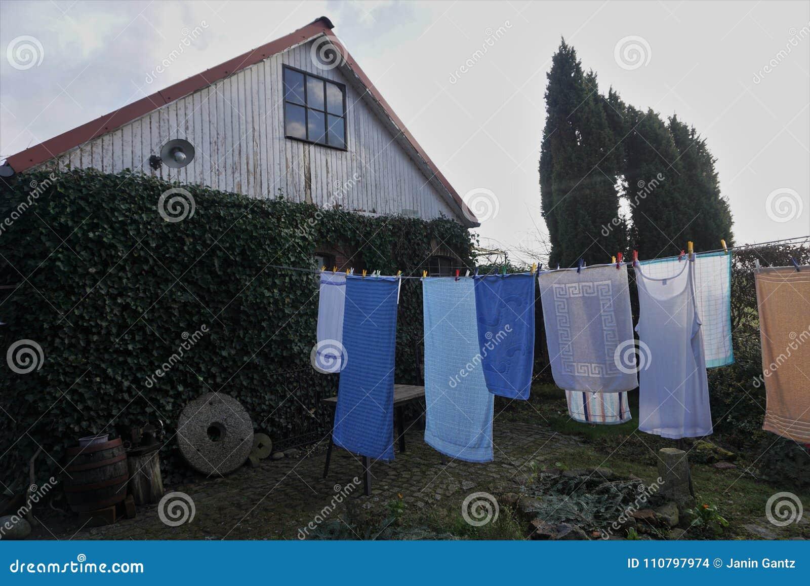 Serviettes et toile de blanchisserie particulièrement à sécher dans l arrière-cour