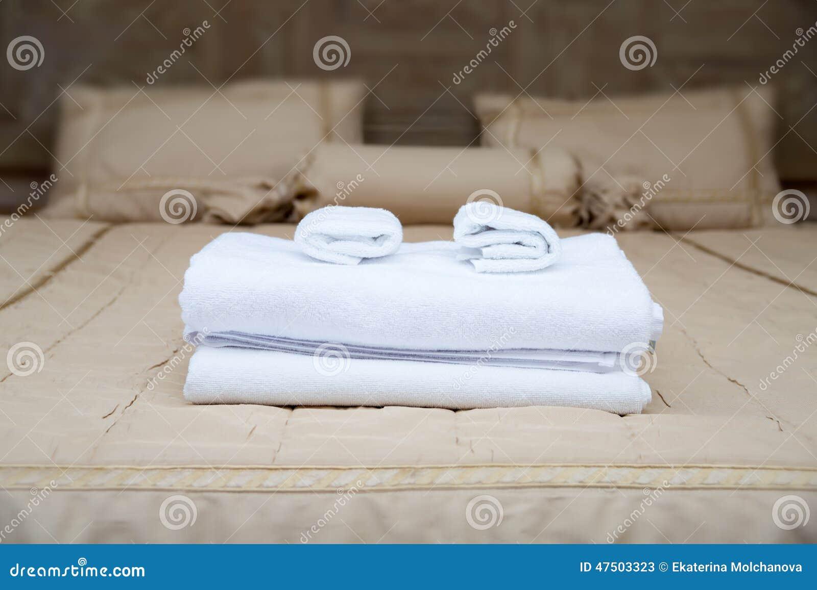 serviettes sur le lit d 39 h tel image stock image du horizontal neuf 47503323. Black Bedroom Furniture Sets. Home Design Ideas