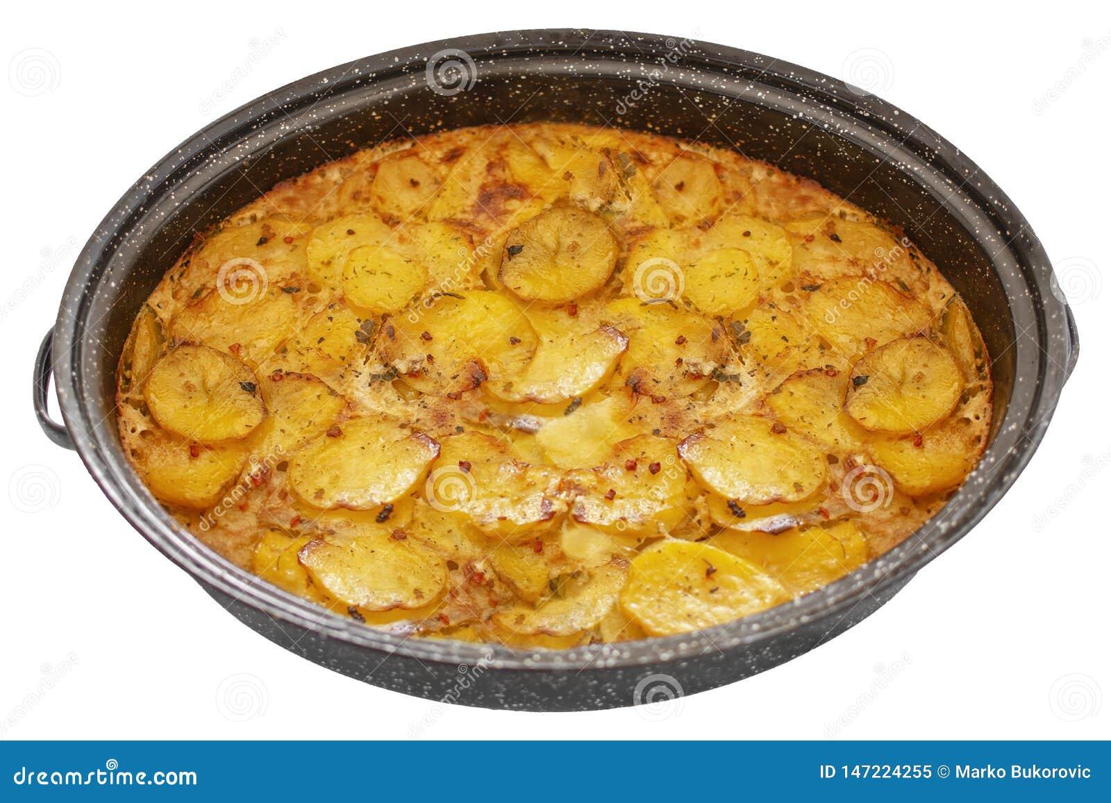 Servische schotelmousaka in een pot, Balkan keuken zoals traditionele geassorteerde die schotel op wit wordt geïsoleerd
