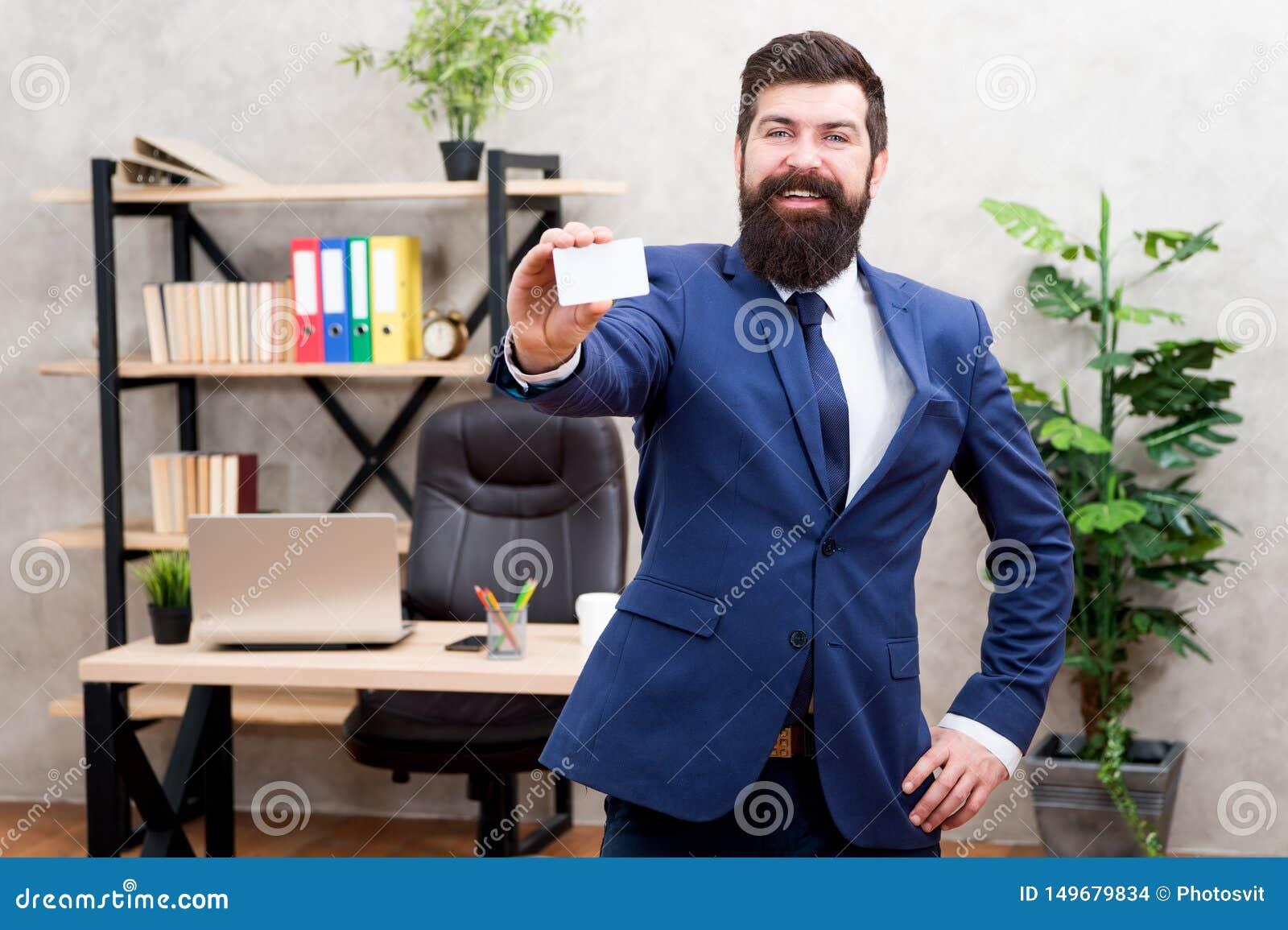 Servizi bancari Supporto convenzionale del vestito del tipo in ufficio Carta in bianco della tenuta dell uomo d affari Pagamento