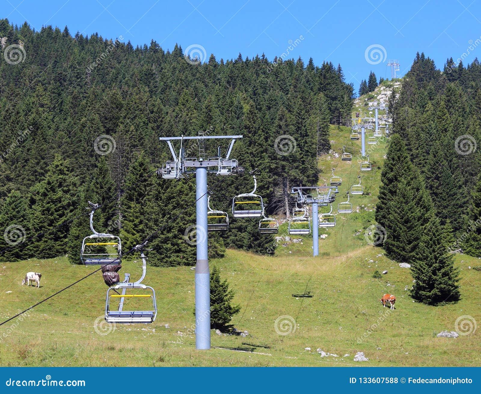 Sesselbahn, die zu die Spitze des Berges führt