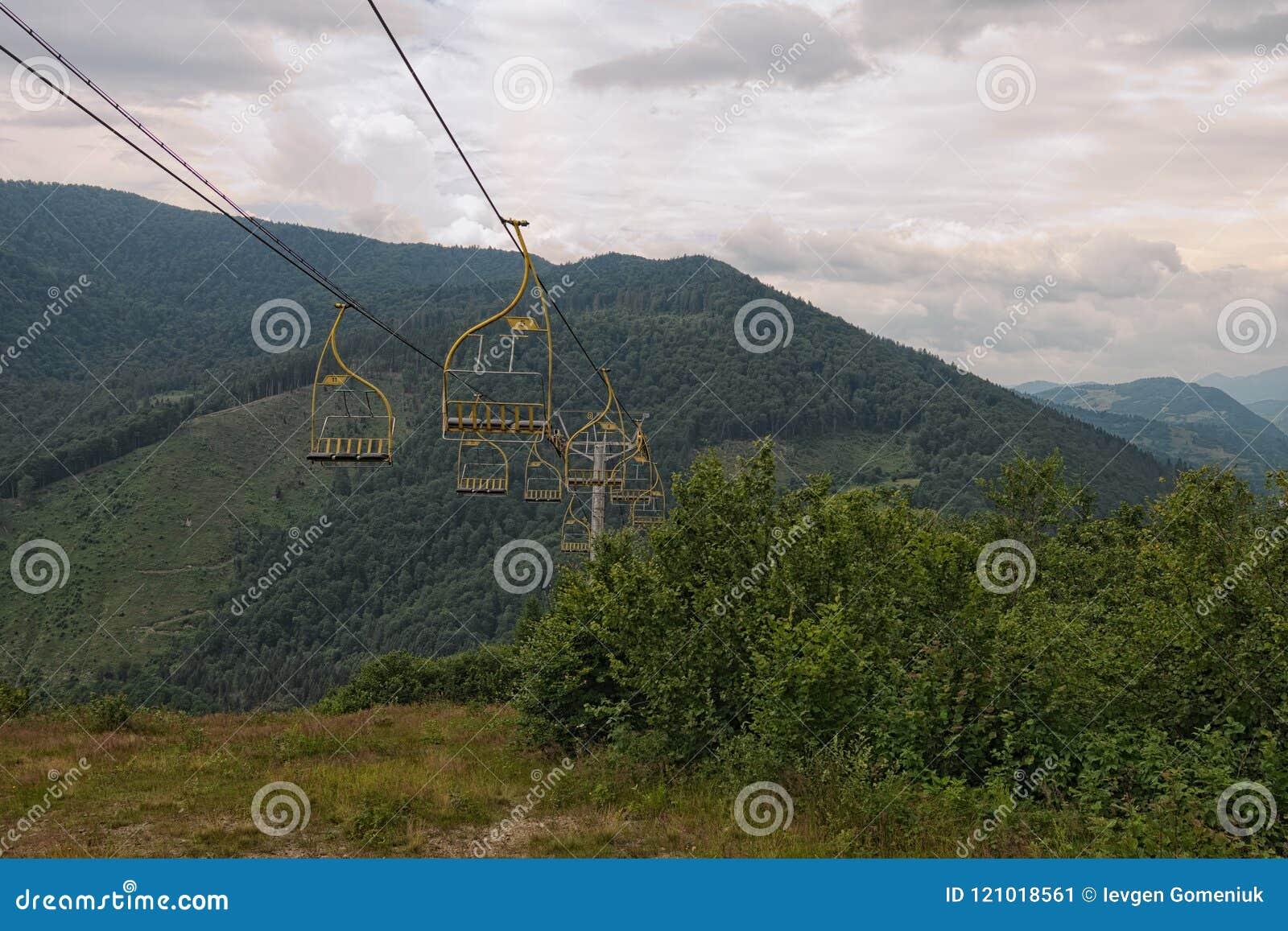 Sesselliftskiaufzug in den Karpatenbergen, die von der Bergstation führen Transportieren von Wanderern in der Sommersaison