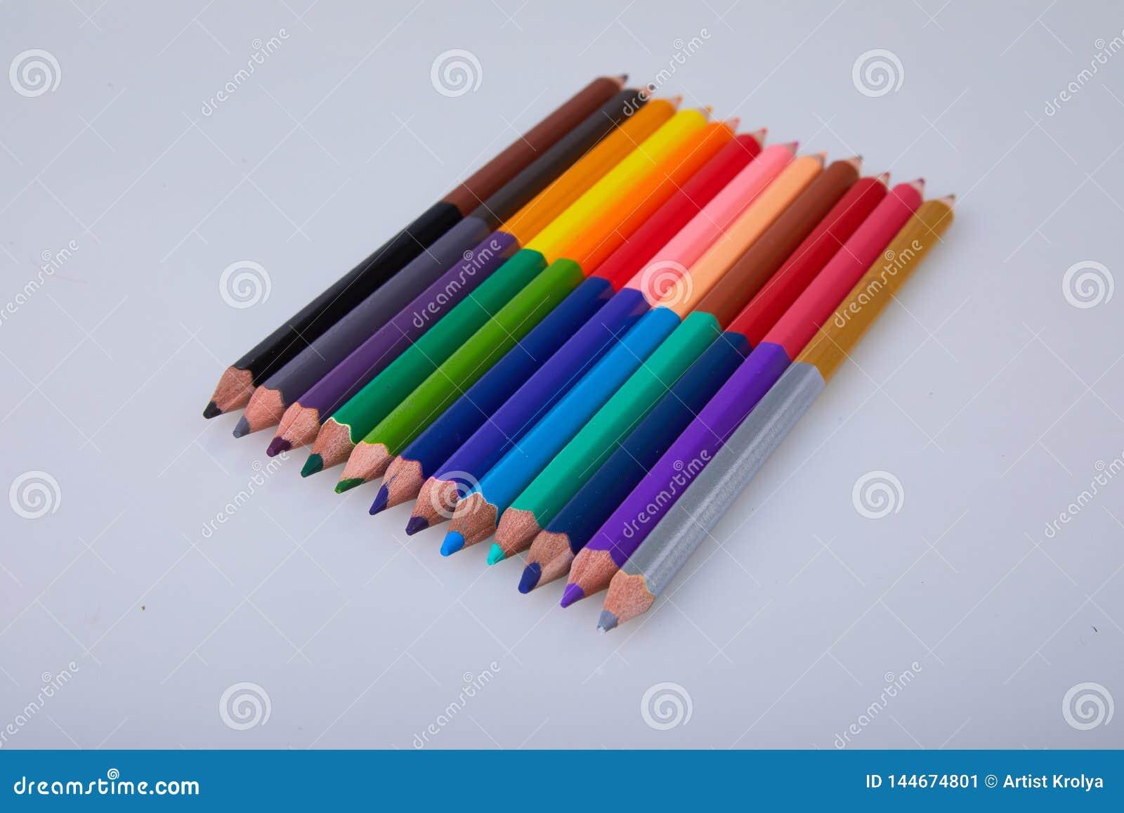 Set kopia barwił ołówki na białym tle