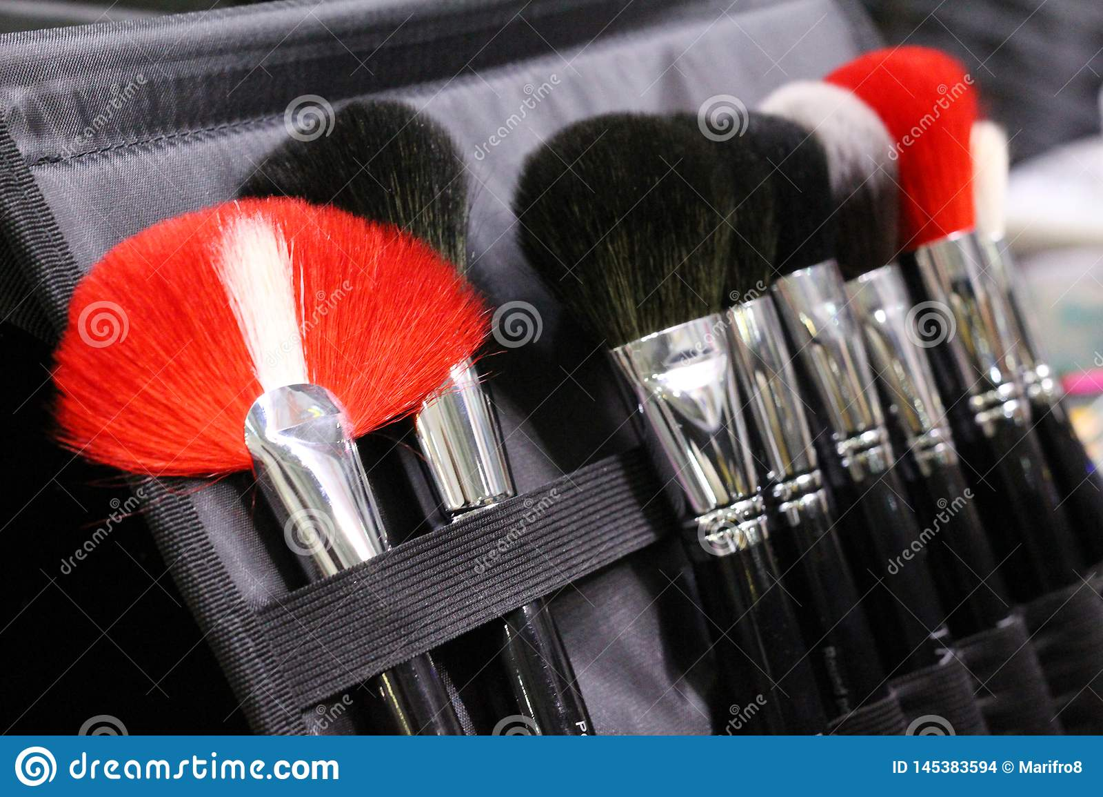 Set makeup szczotkuje w skrzynce Muśnięcia czerń, czerwień i biel,
