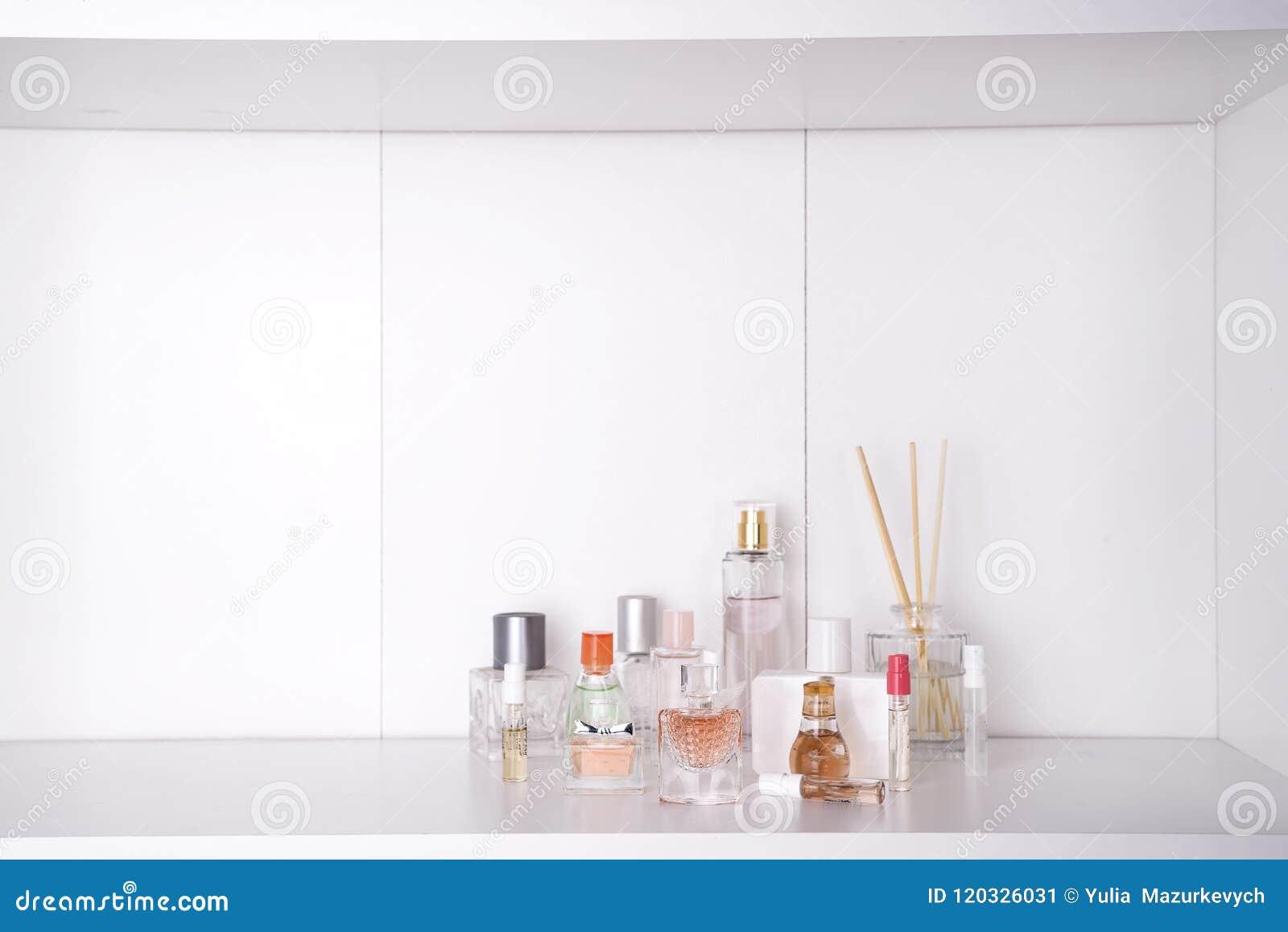 Set różnorodna kobieta perfumuje o bielu tło