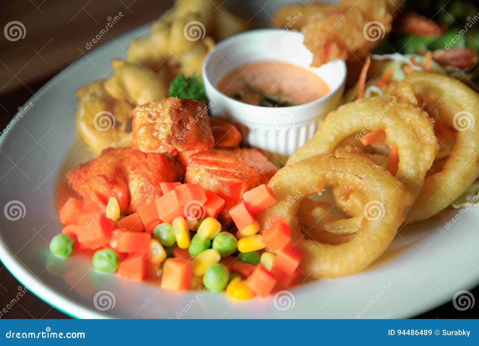 Set rybi stek i warzywo brać z nadokiennym naturalnym światłem