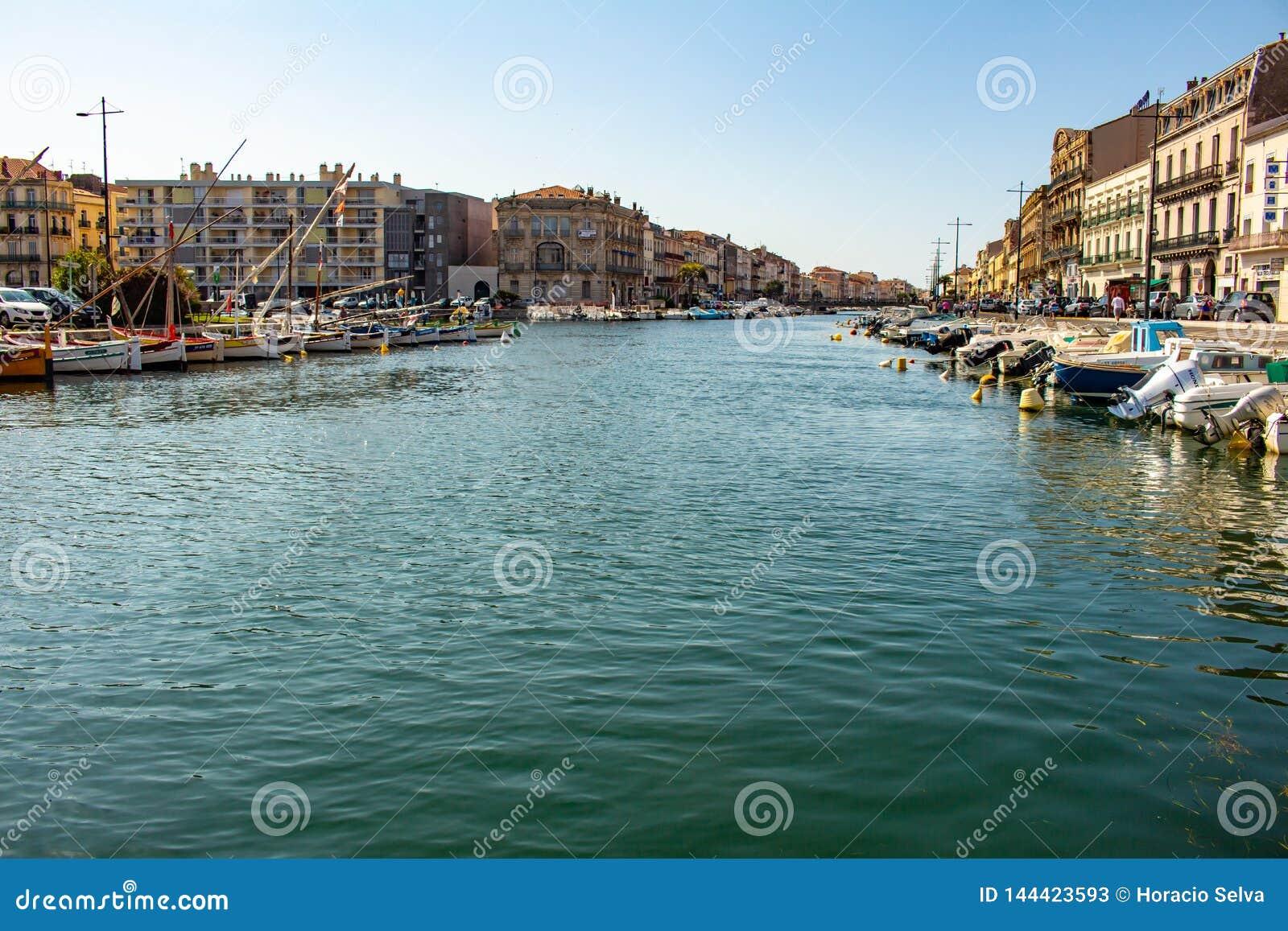 Sete, Frankreich am 20. Mai 2018 Renaissancegebäude nahe bei dem Wasser der Kanäle der Stadt bevölkert durch kleine Boote