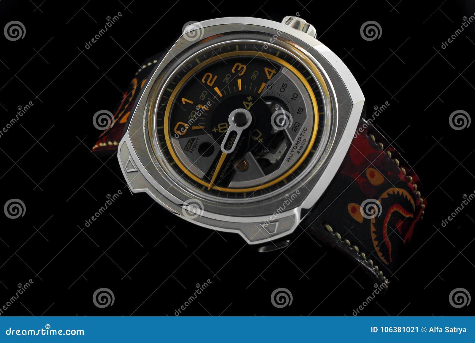 54157cbc4a3 Sete Relógios Automáticos De Sexta-feira No Fundo Claro Preto Foto ...