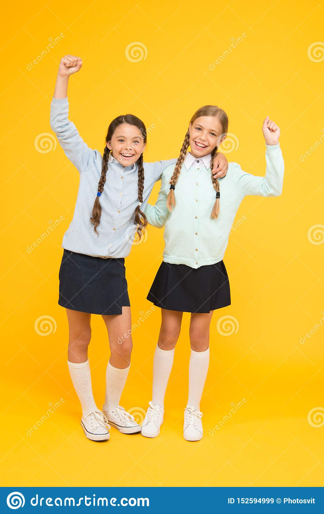 Setembro outra vez Felicidade da inf?ncia Momentos alegres do divertimento do dia escolar Estudantes bonitos das crianças Melhore